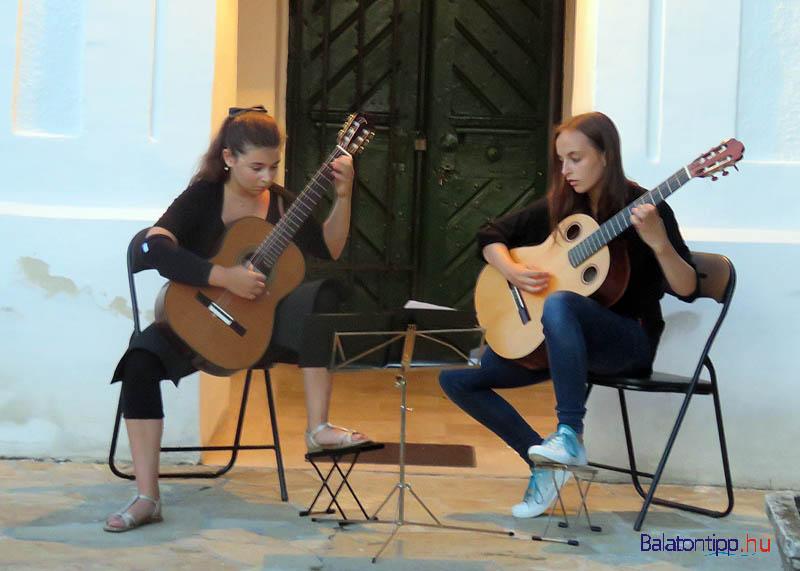 A megnyitó utáni koncertet a katolikus templom előtt tartották