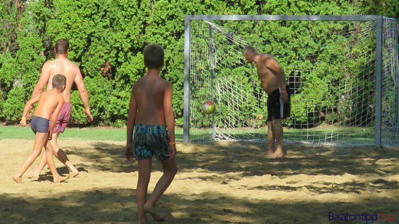 Az egyik gól a balatonberényi strandon augusztus 20-án rendezett focikupáról - fotó Győrffy Árpád