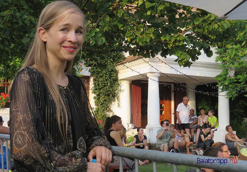 """és az """"udvarhölgy"""", Harcsa Veronika, aki a házgazdai teendők mellett zenélésbe is bekapcsolódott"""