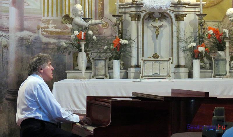 A kapolcsi katolikus templomban Hegedűs Endre zongoraművész Bach, Chopin, Liszt, Beethoven és Wagner népszerű műveiből adott koncertet