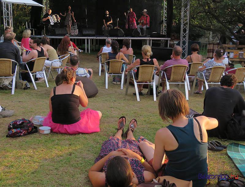 A leghangulatosabb udvar talán Harcsa Veronikáé volt - a Karavan Familia nevű családi cigány együttes játszik éppen a színpadon
