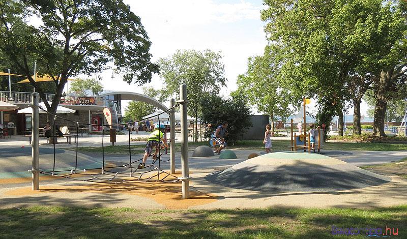 A kikötő előtti parkot is felújították
