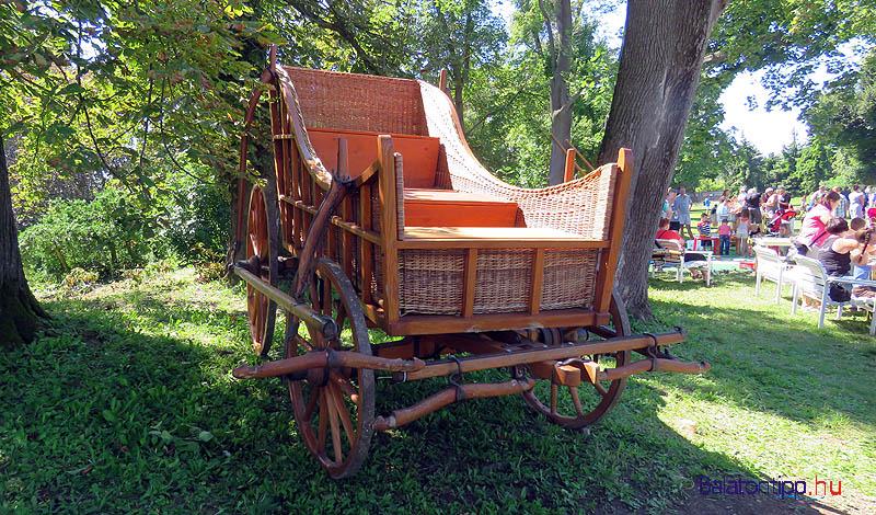 Kiállították és bemutatták ezt a fonott oldallal készített kocsit, aminek eredetijét Mátyás király korában készítették Kocsban