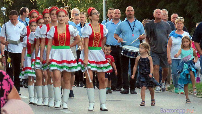 A Vonyarcvashegyi Mazsorett Csoport és a Balatonfüred Városi Koncert Fúvószenekar vezette az alsóörsi néző toborzó felvonulást