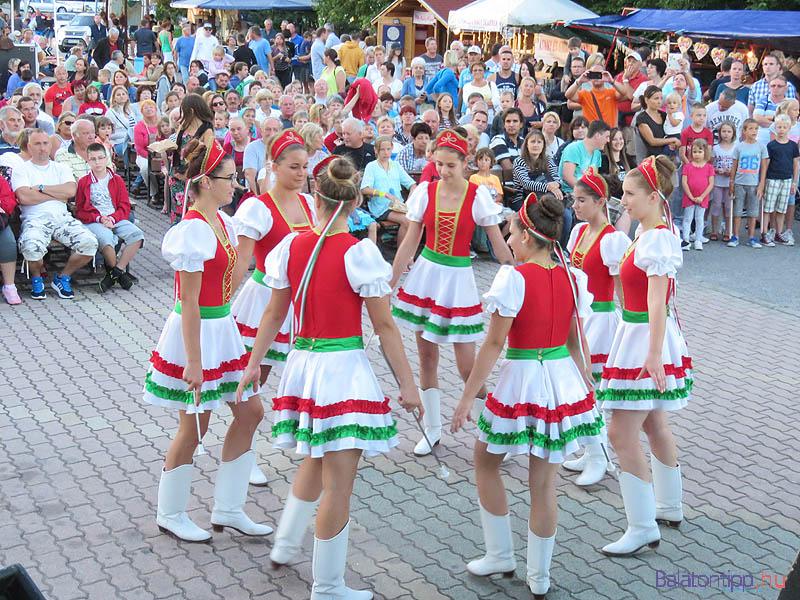 A Vonyarcvashegyi Mazsorett Csoport a rendezvénytér színpada előtt önálló műsort is adott