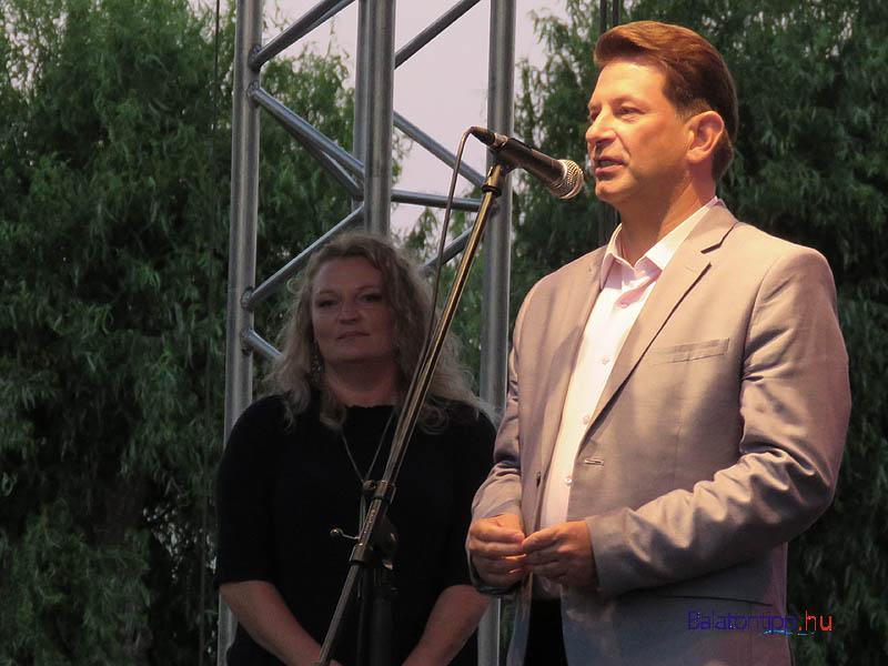 Hebling Zsolt polgármester és a műsor moderátora, Orosz Anna színművész