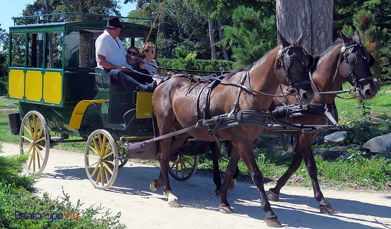 Időről-időre a postakocsi is feltűnt a sétányon