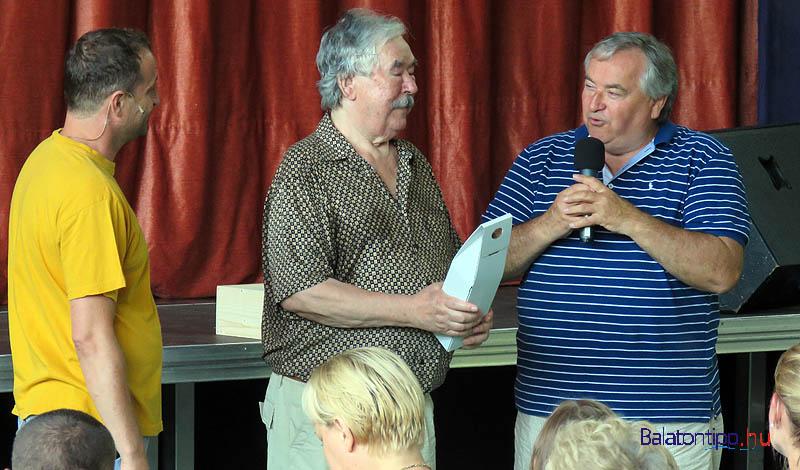 Dorogi Sándor (jobbról) és Pille Tamás köszönti a középen álló Csukás Istvánt
