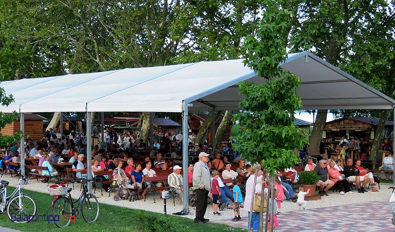 A nagy sátor nézőtérként és borozó helyként is jó helyet biztosított a résztvevőknek