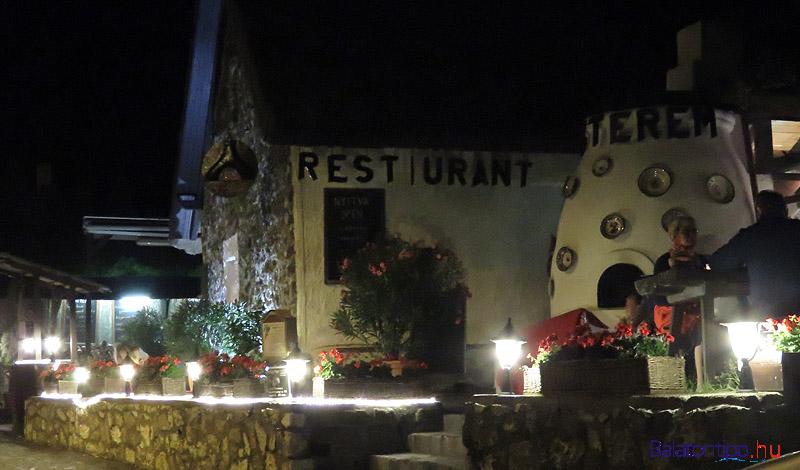 A Tűzkert étterem az apátsághoz vezető sétálóutcában