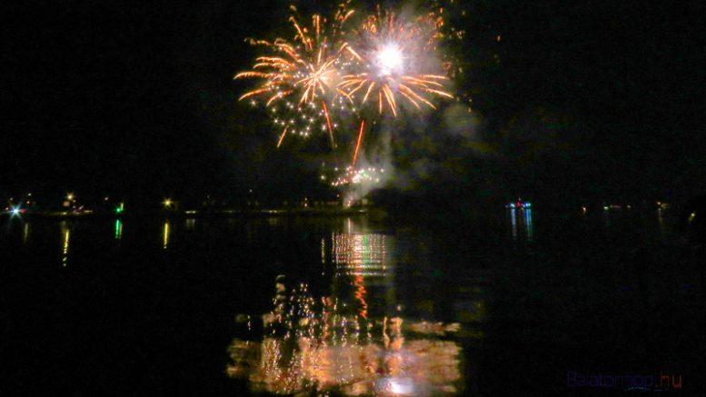A tihanyi tűzijáték pálmafás alakzatokkal indult