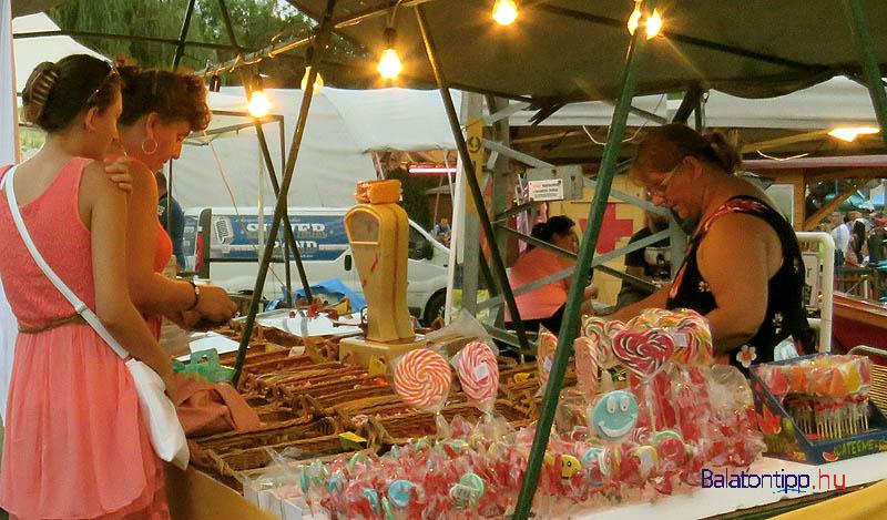 Sok más mellett cukorka-, prém, táska- és játékárusok alkották a rendezvénytér északi oldalát záró vásározó utcát