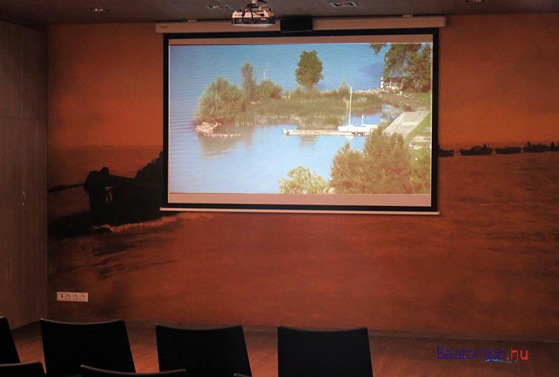 Az előadóteremben a Balatonról láthatunk filmeket