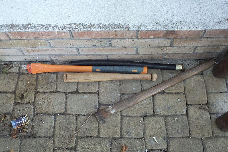 Baseball ütő, baltanyél, gumitömlő hollandival - a fegyverek - fotó: SMRFK