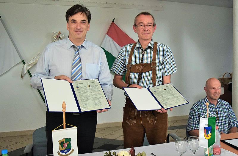 Bíró Róbert (balról) és Walter Hubner a szerződés aláírt példányaival - Fotó: Villányi Éva