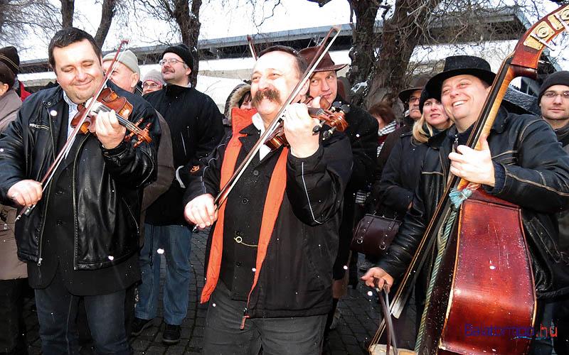 A Rűvő zenekar egy alsóörsi téltemetőn - Fotó: Győrffy Árpád