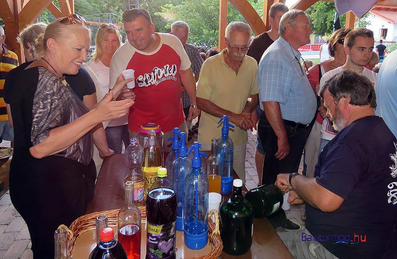 Eczet Istvánné és Vági Gyula helyi borokkal, házi szörpökkel kínálta a vendégeket, hogy a sült halak is tudjanak úszni