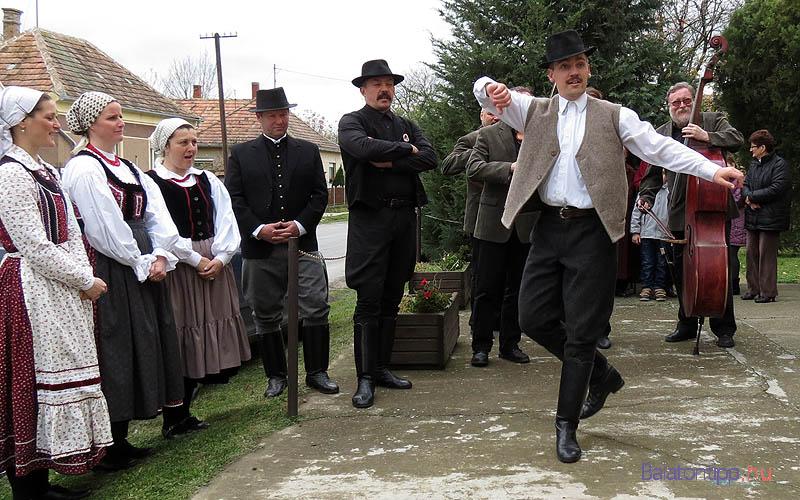 Fajkosz zenekar táncosokkal a kiscsőszi templom előtt - Fotó: Győrffy Árpád
