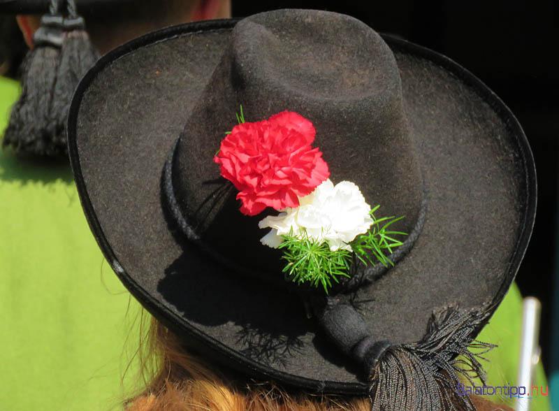 A fliessi fúvósok magyar nemzeti színeket idéző kalapdísze