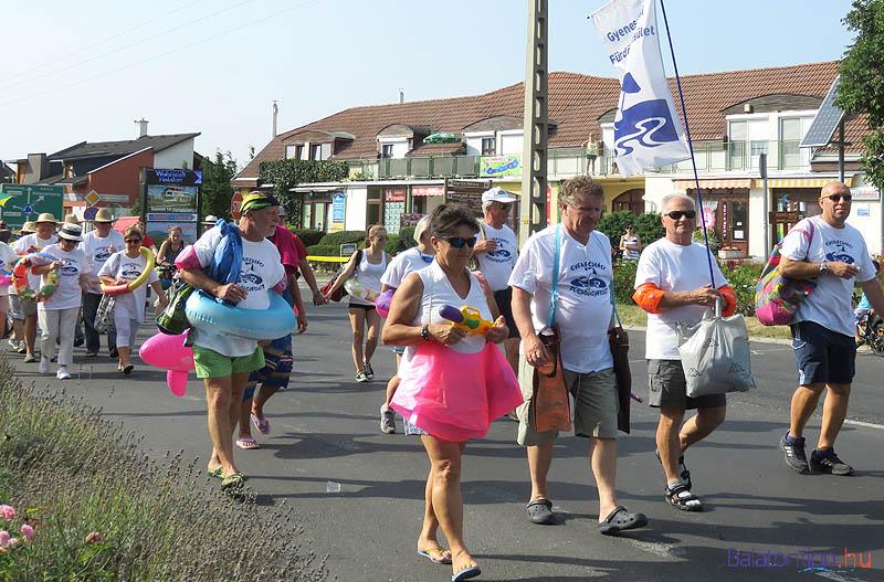 A többség persze gyalog ment, ahogy a Gyenesdiási Fürdőegyesület tagjai is