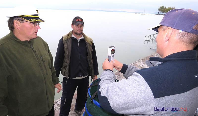 A tavalyi versenyen a legnagyobb halat kifogó Horváth Zsolt zsákmányát mérlegelik