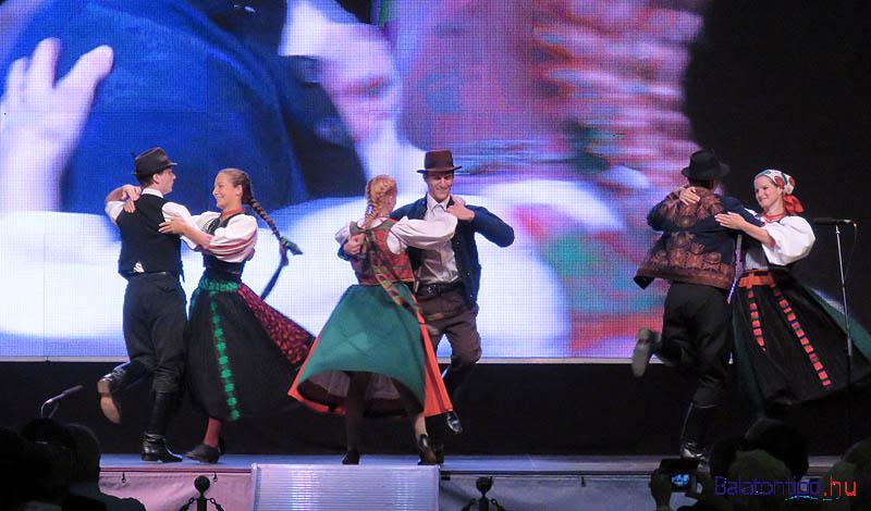 A Hegyenjárók Néptáncegyüttes páros táncokat, férfi és női illetve leánytáncokat is bemutatott