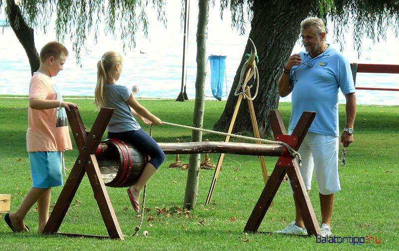 Sokan játszottak a fából készült játékokkal