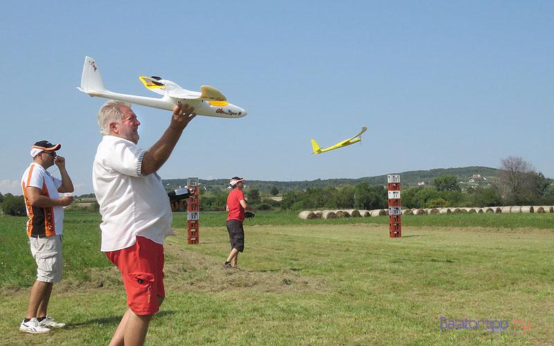 Huszár Zoltán a kapus feladathoz indítja a gépét - balra Inotai István, a verseny főszervezője