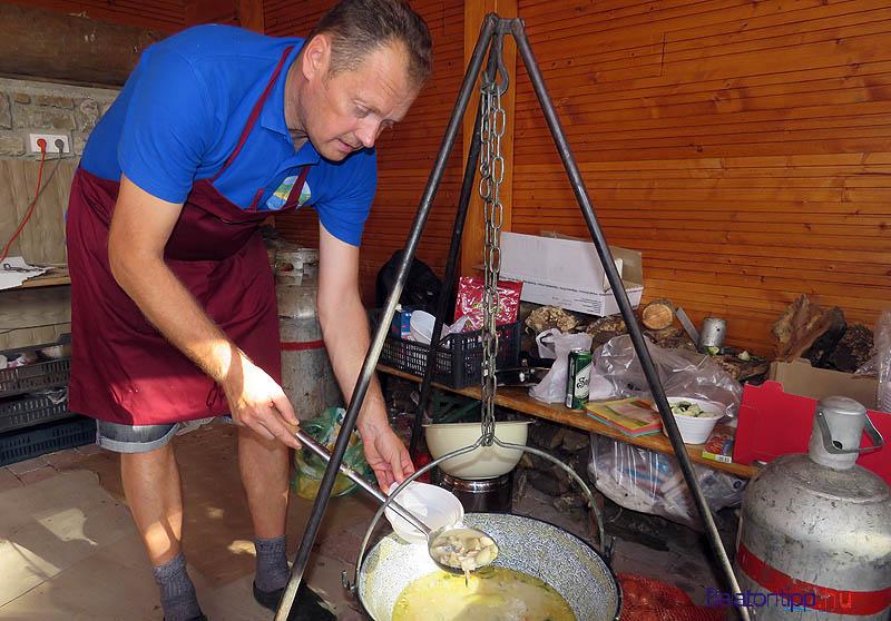 Jankó László, a horgászegyesület titkára az idén annyit újított a recepten, hogy krumpligomóccal tálalja