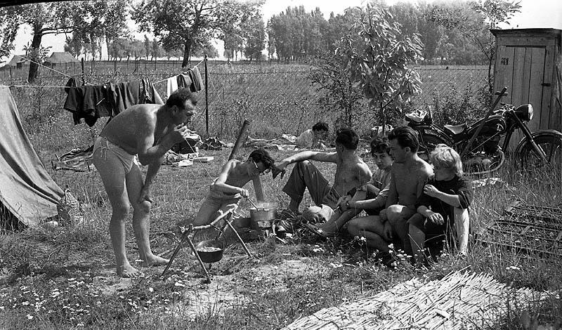 Kempingezok-Balatonszarszo-1962-fortepan_84433-MorvayKinga