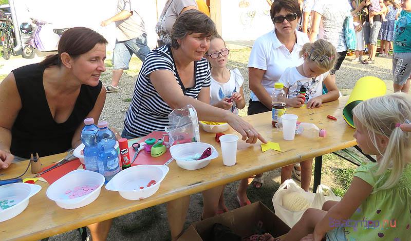 A helyi általános iskola pedagógusai, Sebestyén Vera (balról) és Varga Lászlóné kézműves játszóházat vezettek a gyerekeknek