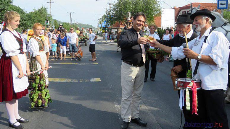 Gál Lajos polgármester (balról) fogadta a kisbíró és a főbíró jelentését, majd koccintottak a szüretre