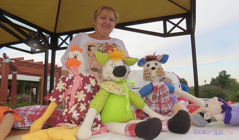 Koncz Katalin saját készítésű babáit kínálta a vásáron