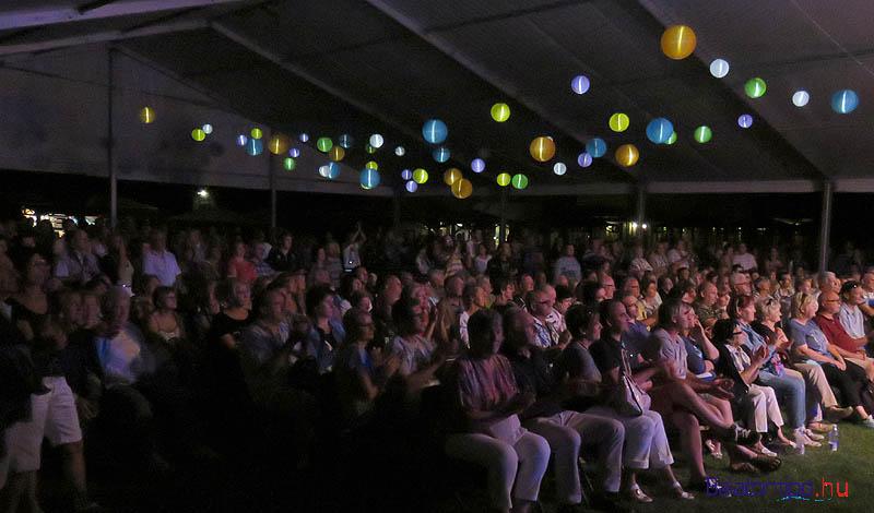 Hála a hatalmas sátornak, még a koncert alatt érkező zápor sem tudta lehűteni a hangulatot