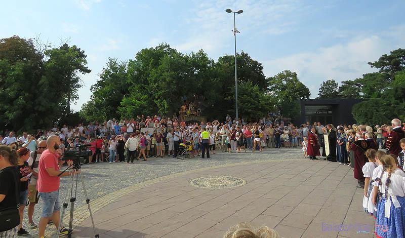 Az apátsági templom előtt több száz fős nézősereg várta a menetet
