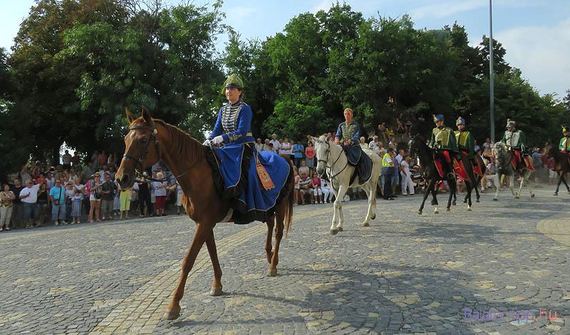 A lovasok bevonulása a templom elé