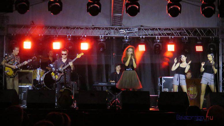 Megtelt a hatalmas rendezvénysátor Marót Viki és a Nova Kultúr koncertjére