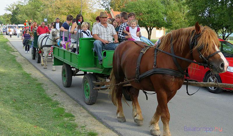 Sokan lovaskocsikon, kisteherautón utaztak