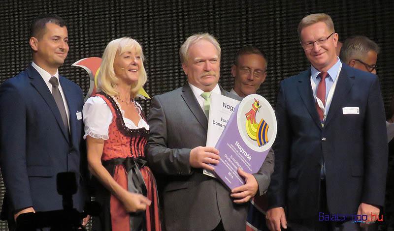 Az idei magyar induló a Zala megyei Nagypáli volt. A képen balról Kis Miklós Zsolt, mellette Theres Friewald-Hofbauer, az ARGE ügyvezetője és a elismerő oklevelet átvevő Köcse Tibor polgármester
