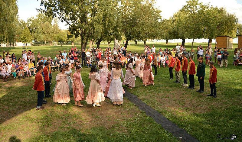 Palotás a Széchenyi park füvén - fotó Pilinszky iskola Facebook oldala
