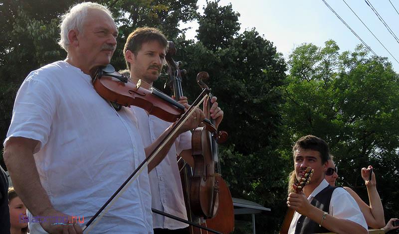 A zenei kíséretet a Re-Folk együttes adta a tánchoz