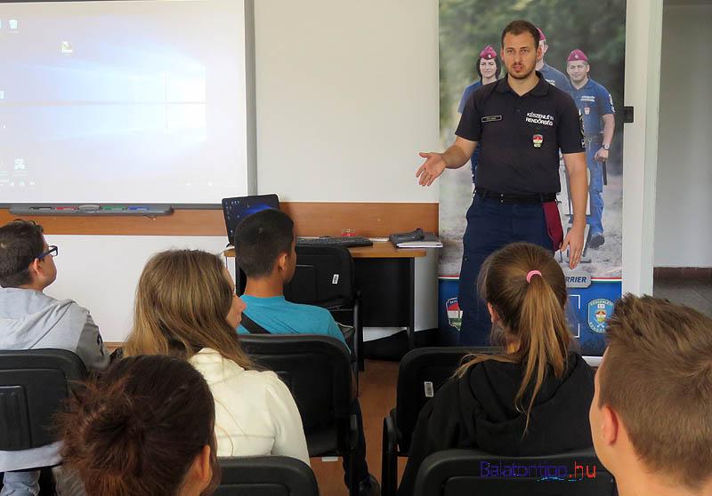 A diákoknak a Készenléti Rendőrség egyik munkatársa beszélt a rendőri munkáról - Fotó: Győrffy Árpád
