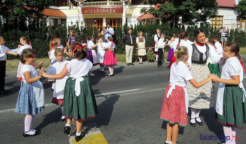 Az iskolások tánca a községháza előtt - középen a polgármester