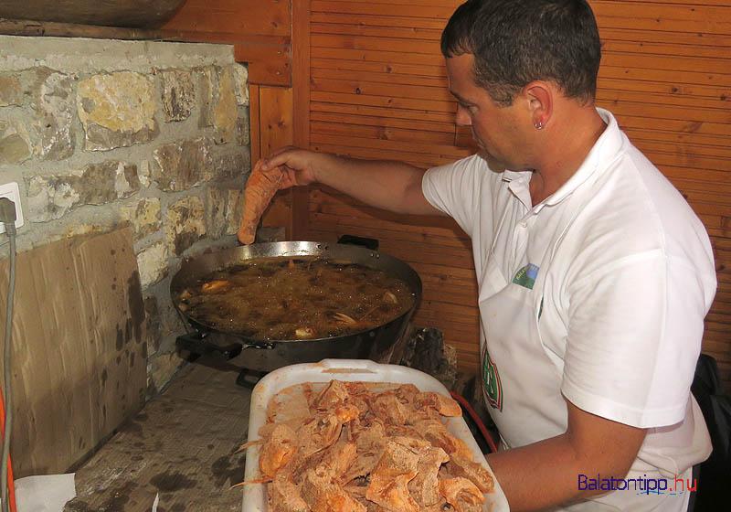 Tóth Zsolt az idén különleges keverékben forgatta meg a halakat, amihez búzalisztet, kukoricalisztet, rizslisztet, snidlinget, petrezselymet, borsot, paprikát kevert össze