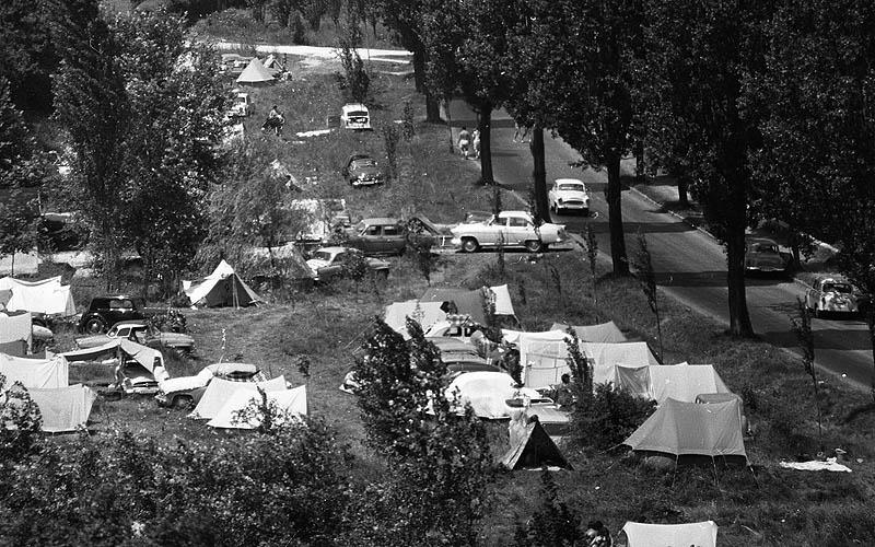 A vadkempingezők a tihanyi elágazó környékén 1972-ben - Rosta Sándor szerint a rendőröknek, munkásőröknek közösen kellett fellépni, hogy megakadályozzák a közegészségügyi gondokat