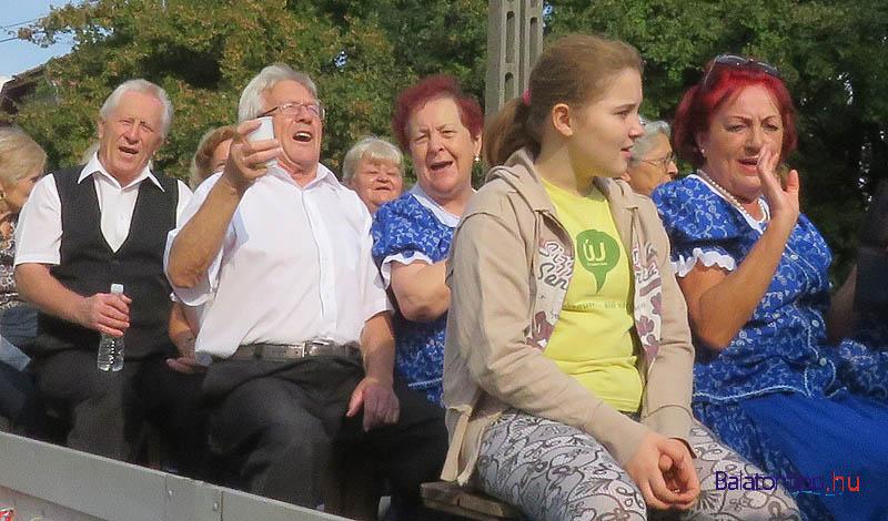 A Szivárvány Népdalkör tagjai már az indulás idején is jó hangulatban voltak