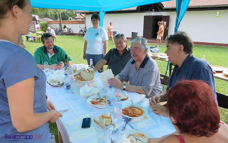 A zsűri tagjai - Hamvas Zoltán (balról zöldben), Kertész Rezső, Csukás István, Garamvölgyi László és háttal Gombos Ildikó