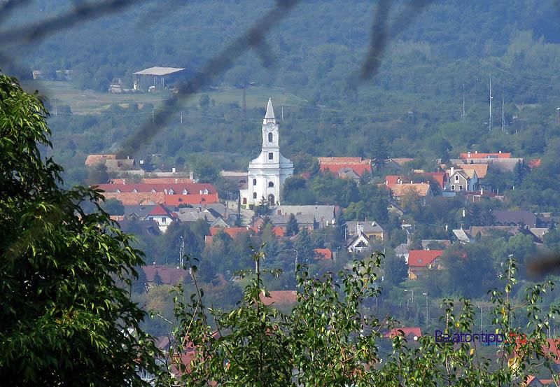 Aszófő a katolikus templommal a tihanyi Apáti-hegy oldaláról