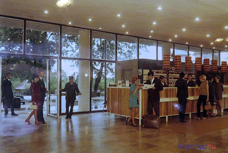 """Az almádi Auróra hotel portája - a londiner fogadja a vendégeket, hátul a """"kocsirendező"""" hozza a bőröndöket"""