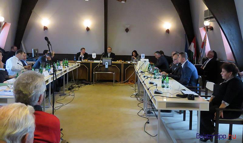 Az asztalnál a BFT tagjai, az asztalfőn Bóka Istvánnal